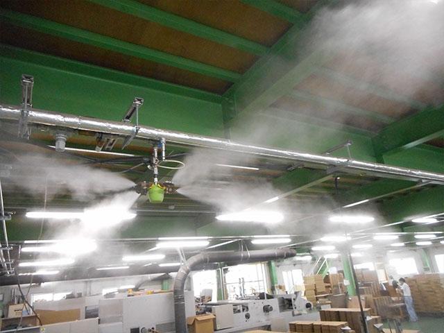 シートの乾燥時に霧吹きで水分を吸わせる機械。冬場に使用が多く、インフルエンザ対策も行っています。
