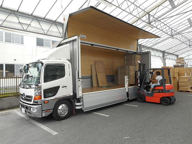 自社専用トラックは計5台で配送致しています。笑顔で製品を丁寧にお届け致します。